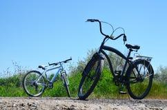 Deux bicyclettes contre le ciel bleu d'été photo stock