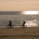Deux bicyclettes d'équitation de personnes Photo stock
