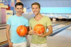 Deux billes de prise d'hommes dans le club de bowling Photo libre de droits
