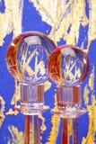 Deux billes en cristal sur des pupitres Photos stock