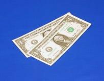 Deux billets d'un dollar un sous un angle Photographie stock libre de droits