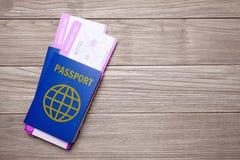 Deux billets pour l'avion avec des passeports sur une vieille table en bois Copiez l'espace pour le texte Image libre de droits