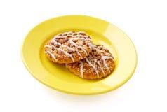 Deux biscuits d'un plat jaune Images libres de droits