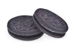 Deux biscuits de chocolat de sandwich avec de la crème d'isolement sur le dos de blanc photos libres de droits