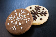 Deux biscuits de Noël de flocons de neige photos libres de droits