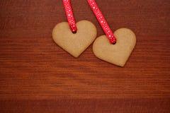 Deux biscuits en forme de coeur pour le jour de valentines Image stock