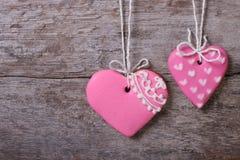 Deux biscuits roses de bonbon à coeurs Photographie stock libre de droits