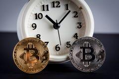 Deux bitcoins et plans rapprochés de réveil de vintage Photographie stock libre de droits
