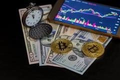Deux bitcoins, montres de poche, et smartphone avec le diagramme de bitcoin Photos libres de droits