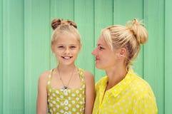 Deux blondes maman et sourire de fille Photo libre de droits