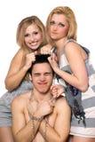 Deux blonds espiègles et un type dans les réseaux Photographie stock libre de droits
