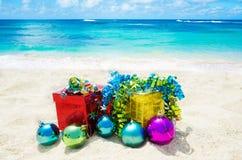 Deux boîte-cadeau avec des boules de Noël sur la plage - conce de vacances Photographie stock
