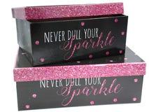 Deux boîte-cadeau avec la copie noire et rose de scintillement photo stock