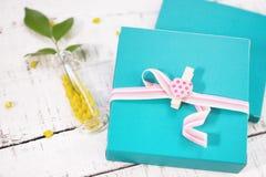 Deux boîte-cadeau avec la goupille en forme de coeur sur le bois blanc Images stock