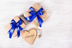Deux boîte-cadeau avec les rubans bleus et valentines sur un fond blanc Jour du `s de Valentine Copiez l'espace Image libre de droits