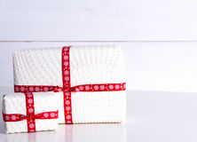 Deux boîte-cadeau blancs avec des points de polka Photographie stock