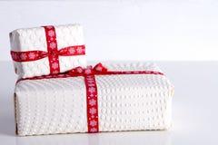 Deux boîte-cadeau blancs avec des points de polka Photographie stock libre de droits