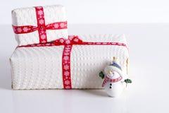 Deux boîte-cadeau blancs avec des points de polka un ruban rouge Photo libre de droits