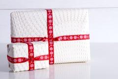 Deux boîte-cadeau blancs avec des points de polka un ruban rouge Image libre de droits