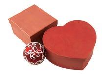 Deux boîte-cadeau et boules rouges Blanc d'isolement Images stock