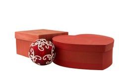 Deux boîte-cadeau et boules rouges Blanc d'isolement Images libres de droits