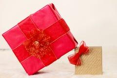 Deux boîte-cadeau rouges et d'or Photographie stock