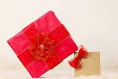 Deux boîte-cadeau rouges et d'or Photo stock