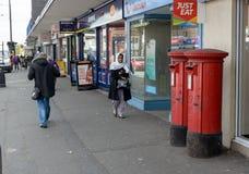 Deux boîtes anglaises rouges de courrier sur la grand-rue dans les Rois Heath Birming Images stock
