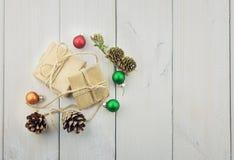 Deux boîtes avec un cadeau attaché avec une corde Photographie stock