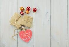 Deux boîtes avec un cadeau attaché avec une corde Images stock