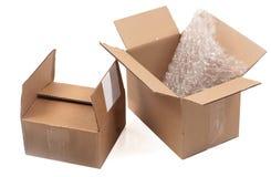 Deux boîtes en carton ouvertes sur le fond blanc images libres de droits