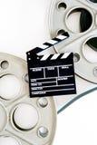 Deux bobines de film pour le projecteur de film de 35 millimètres avec le panneau de clapet et Photographie stock libre de droits