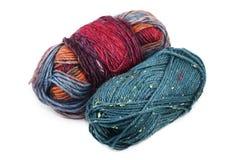 Deux bobines de laine colorée sur le blanc Photo stock