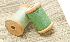 Deux bobines en bois de fil vert Photos stock