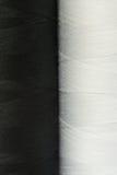 Deux bobines noires et blanches de plan rapproché de fil Images stock