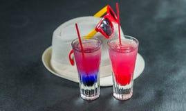Deux boissons colorées, une combinaison de bleu-foncé avec le pourpre, Images libres de droits