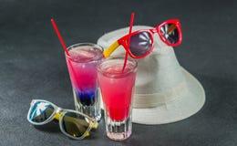 Deux boissons colorées, une combinaison de bleu-foncé avec le pourpre, Images stock