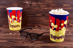 Deux bols de maïs éclaté avec les verres un 3D Photo stock