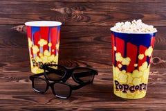 Deux bols de maïs éclaté avec une paire de verres 3D Photo stock