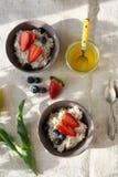 Deux bols de petit déjeuner avec la baie Photo stock