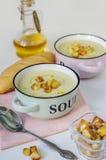 Deux bols de potage aux légumes Purée de soupe à chou-fleur avec le croûton Photos libres de droits