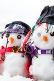 Deux bonhommes de neige élégants habillés admirablement Images stock