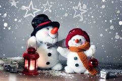 Deux bonhommes de neige de sourire dans la neige, aucun jouet de nom Photos stock