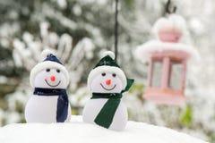 Deux bonhommes de neige extérieurs Photographie stock libre de droits