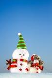 Deux bonhommes de neige se tenant dans la neige Image libre de droits