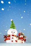 Deux bonhommes de neige se tenant dans la neige Photographie stock