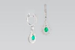 Deux boucles d'oreille argentées avec des diamants Photo libre de droits