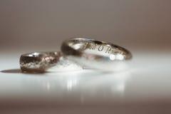 Deux boucles de mariage argenté photos stock