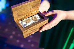 Deux boucles de mariage d'or images libres de droits