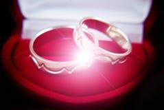 Deux boucles de mariage en or blanc Photo libre de droits